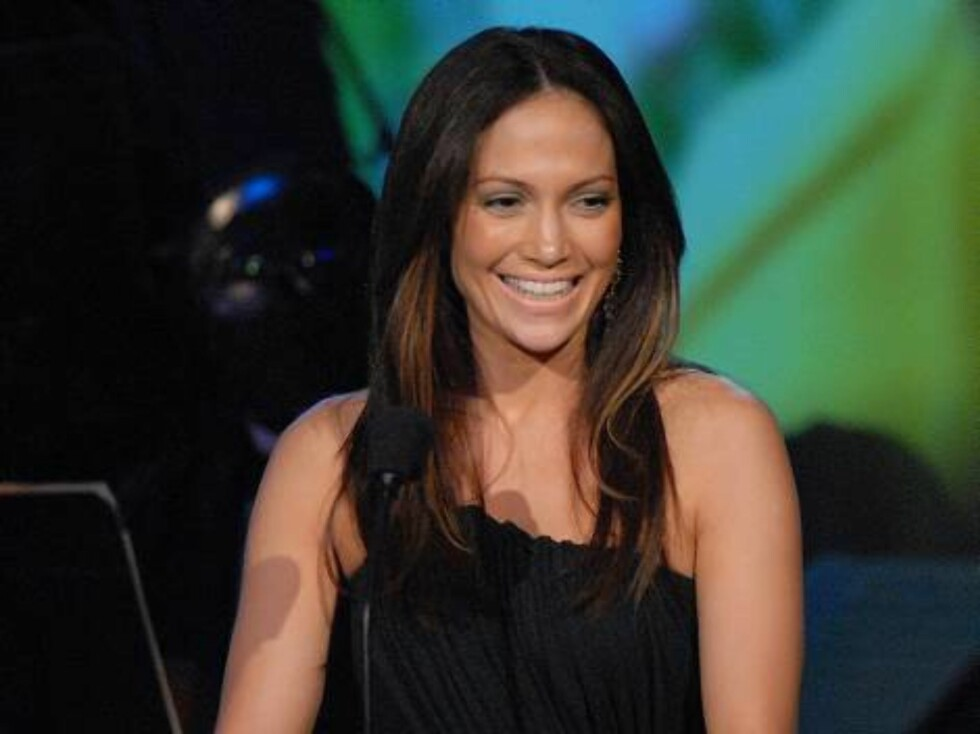 Popstjernen og skuespillerinnen Jennifer Lopez koser seg. Foto: AP/Scanpix