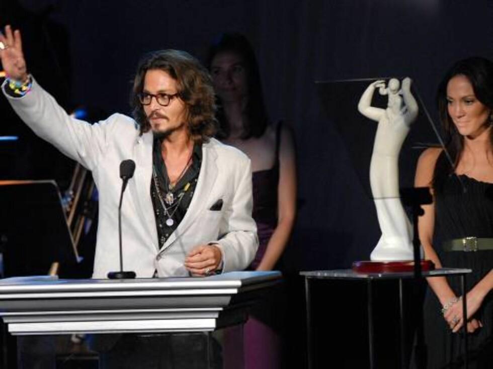 Skuespilleren Johnny Depp på podietsammen med Jennifer Lopez. Foto: AP/Scanpix