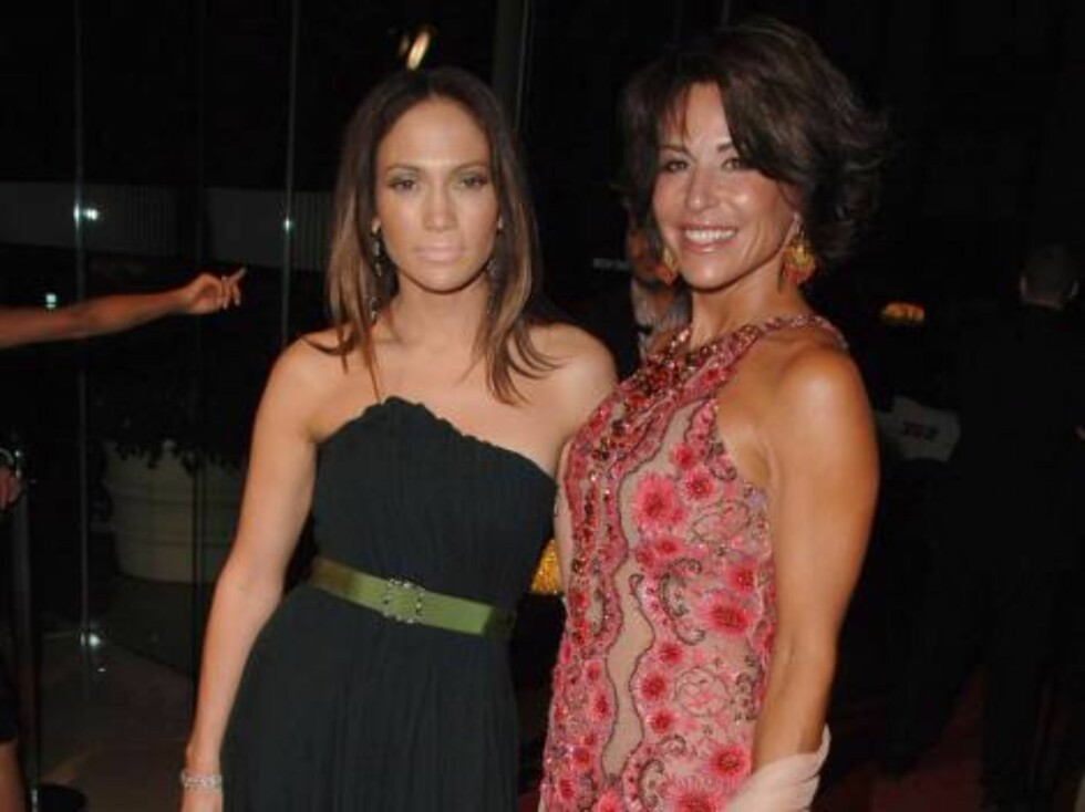 In this photo released Saturday Oct. 7, 2006 by Childrens Hospital Los Angeles, Jennifer Lopez (left) poses with gala host Giselle Fernandez-Farrand at Childrens Hospital Los Angeles second Noche de Nios Gala on Saturday, Oct. 7, 2006 in Beverly Hills, Ca Foto: AP/Scanpix