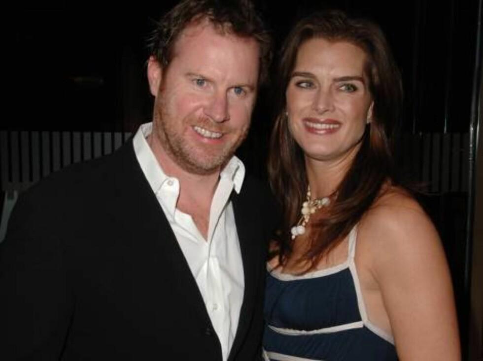 Skuespillerinnen Brooke Shields sammen med ektemannen Chris Henchey. Foto: AP/Scanpix