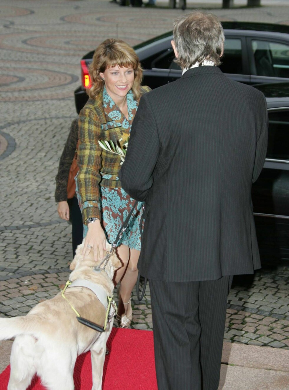 VELKOMMEN: Märtha blir ønsket velkommen til Universitetets aula av Blindeforfundets leder og hans førerhund. Foto: Stella Pictures