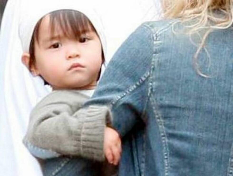 TITTEI!: Lille Daisy True smiler til fotografene fra mammas arm. Foto: All Over Press