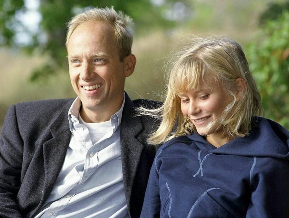 POOPULÆR: Samuel Fröler har sjarmert nordmenn med sin rolle i Skjærgårdsdoktoren. Her med motspiller Ebba Hultkvist. Foto: NRK1