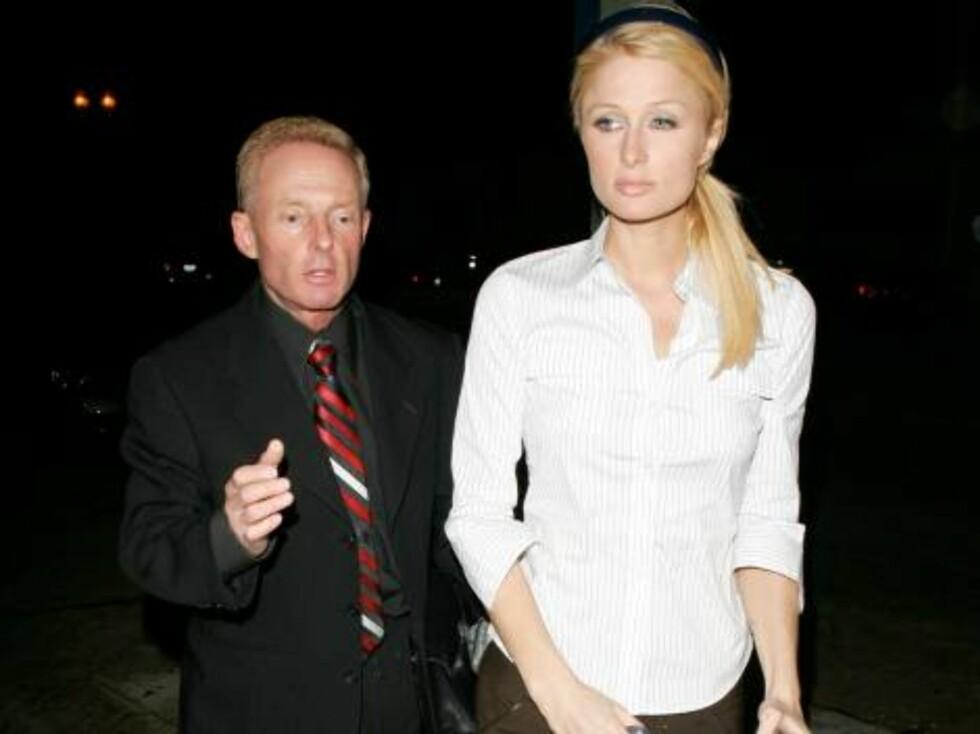TRIST: Paris går til politistasjonen sammen med advokaten sin. Foto: All Over Press