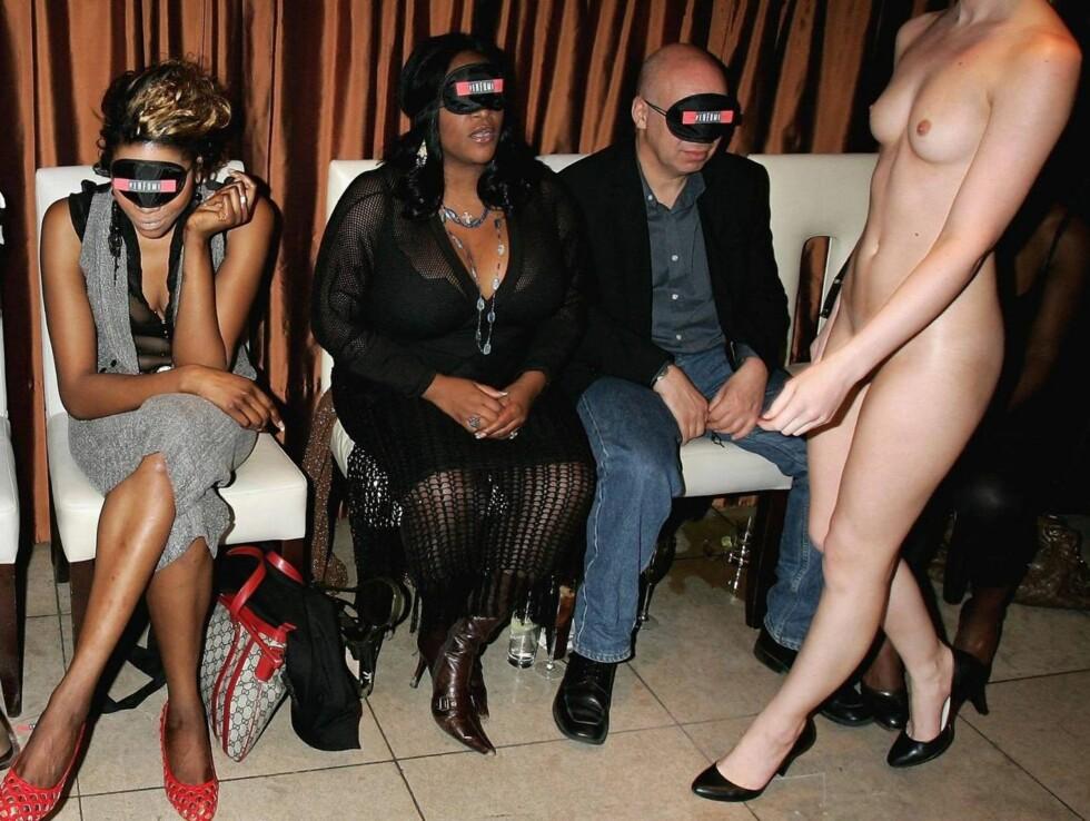 "SE PÅ DEN DUFTEN: Det var mye hud og mange dufter på nattklubben Embassy da The Perfum Shop hadde ""visning"". Foto: All Over Press"