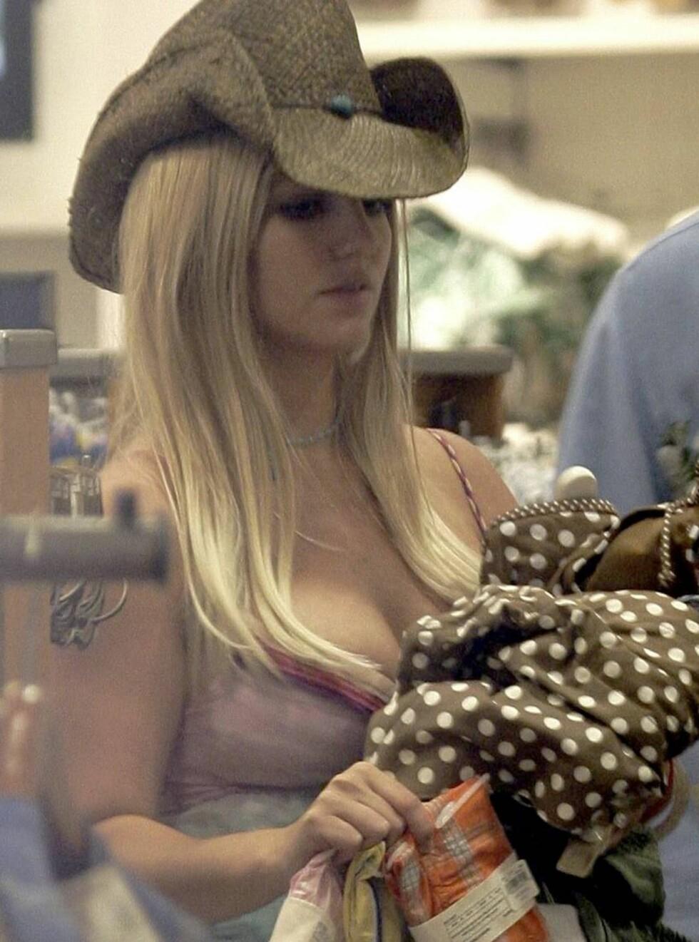 HMMM: Går det an å bleke disse gevantene?, tenkte kanskje Britney. Foto: All Over Press
