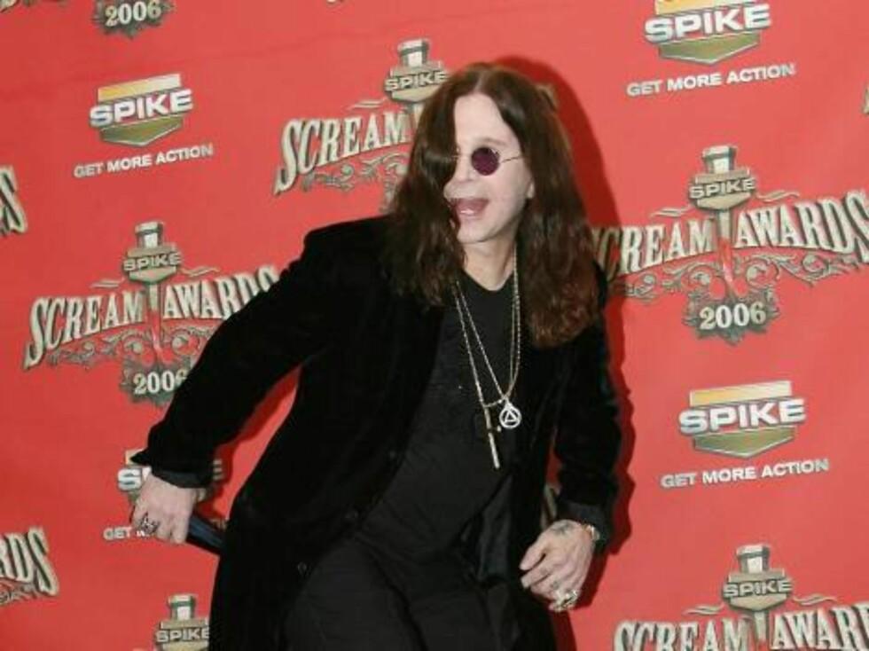 Rockeren Ozzy stapper prisen der sola ikke skinner. Foto: All Over Press