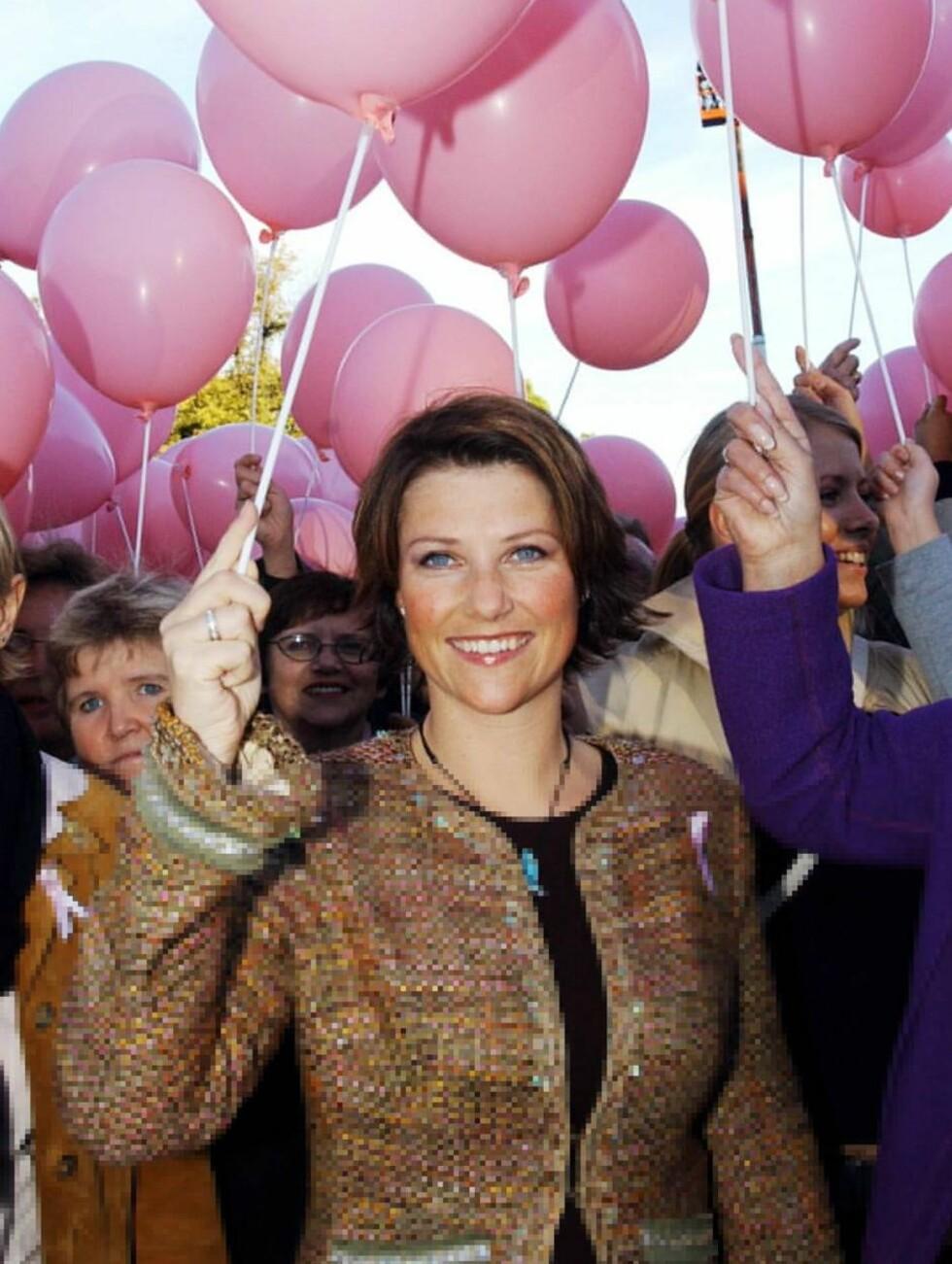 TAR ANSVAR: Også vår egen prinsesse Märtha har engasjert seg i kampen mot brystkreft. Her er hun under Rosa Sløyfe-aksjonen i 2003. Foto: Espen Solli, Se og Hør