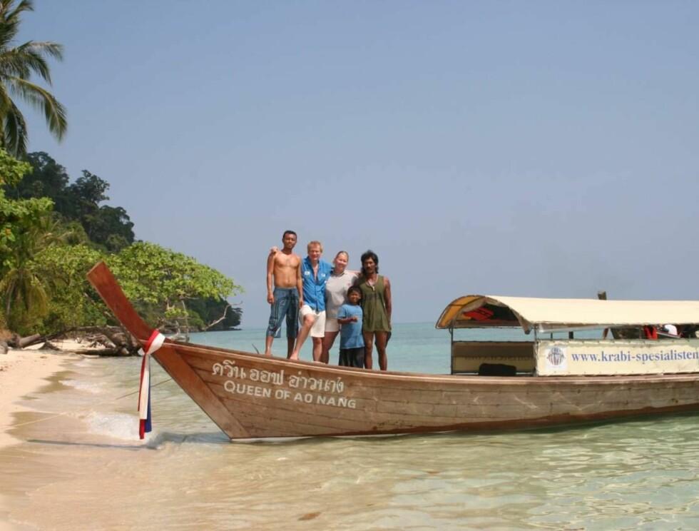"""NATURPERLE: Båten, reisefølget og den uberørte naturen. Det er hva du får oppleve mange steder på """"autentisk"""" rundreise i Thailand. Foto: Lilleput Reiser"""