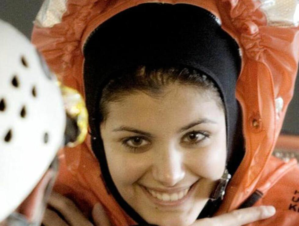 FIKK HETTA: Katie Melua var gjennom et tøft treningsprogram, og var iført overlevningsdrakt da hun reiste ut i Nordsjøen.  Foto: AP