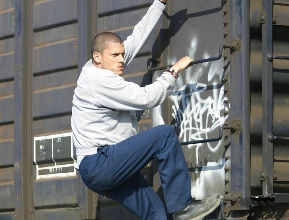 KLYNGER SEG FAST: Michael Scofield (Wentworth Miller) huker tak i et tog for å komme seg unna lovens lange arm. Foto: TV3