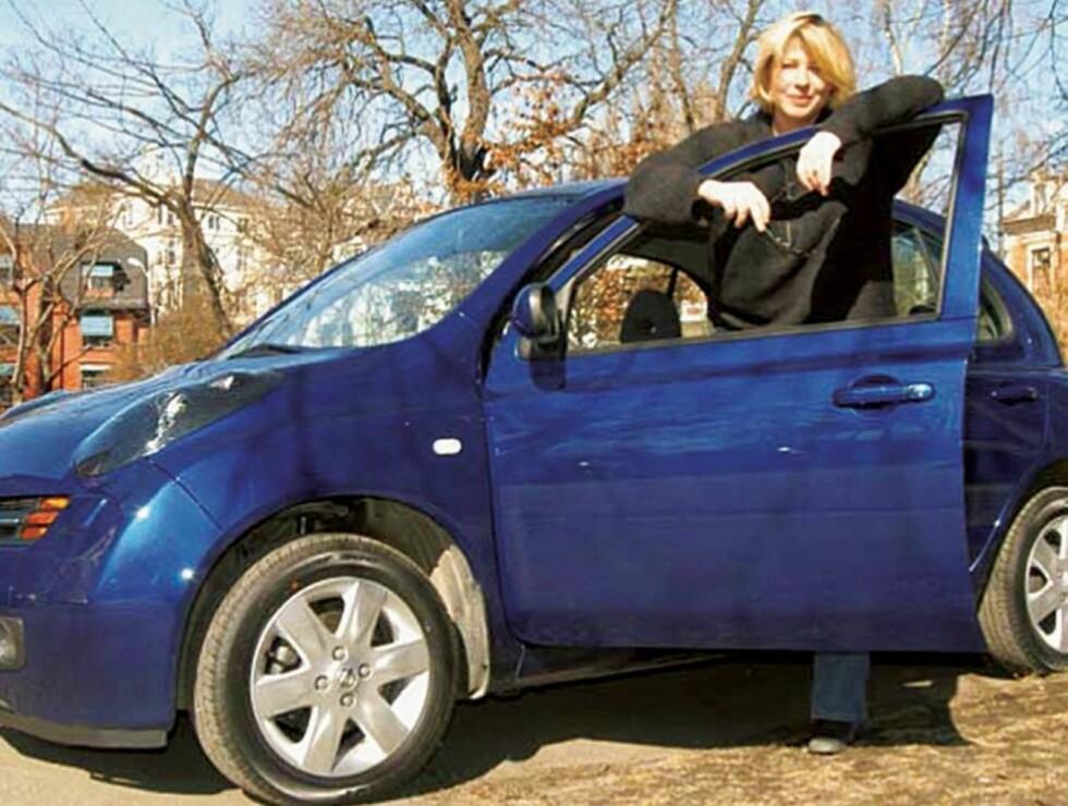 UTE PÅ VEIEN IGJEN: Det var i denne bilen Anne-Kat. fyllekjørte på Frogner i 2003. Nå er morodamen tilbake bak rattet. Foto: Se og Hør