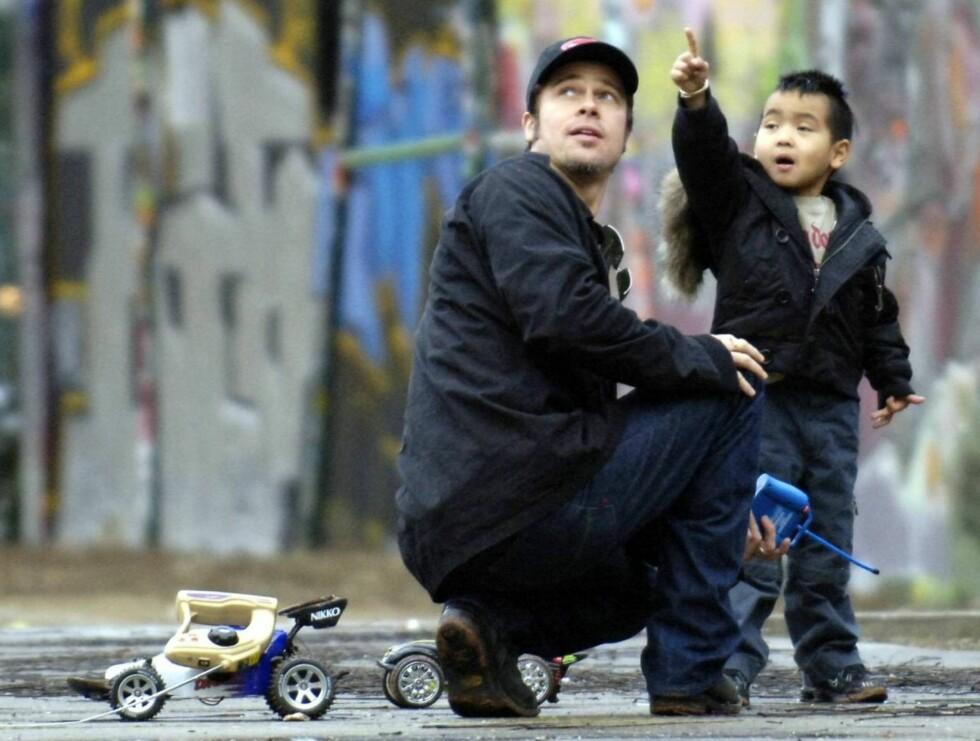 PAPPA: Brad Pitt vil oppfylle sønnens høyeste drøm: Å lære fotballens kunster av David Beckham. Foto: All Over Press
