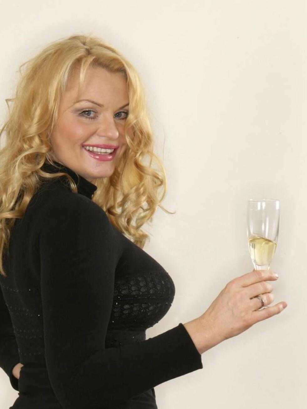CHAMPAGNE: Natt&Dag påstår at Mia er laget av Champagne. Foto: Se og Hør