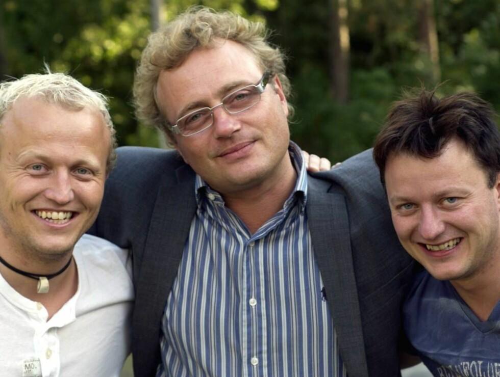 REVYKRANGEL: Chat Noir-direktør Anders Moland med armene rundt brødrene Paul Gunnar og Håvard Jensen fra Rognan - før krangelen startet. Foto: TV 2