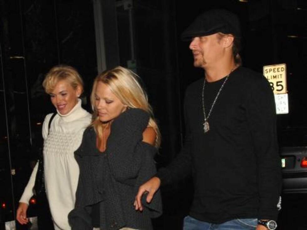 """""""Baywatch""""-stjernen Pamela Anderson og ektemannen og rockeren Kid Rock på vei inn. Foto: Stella Pictures"""