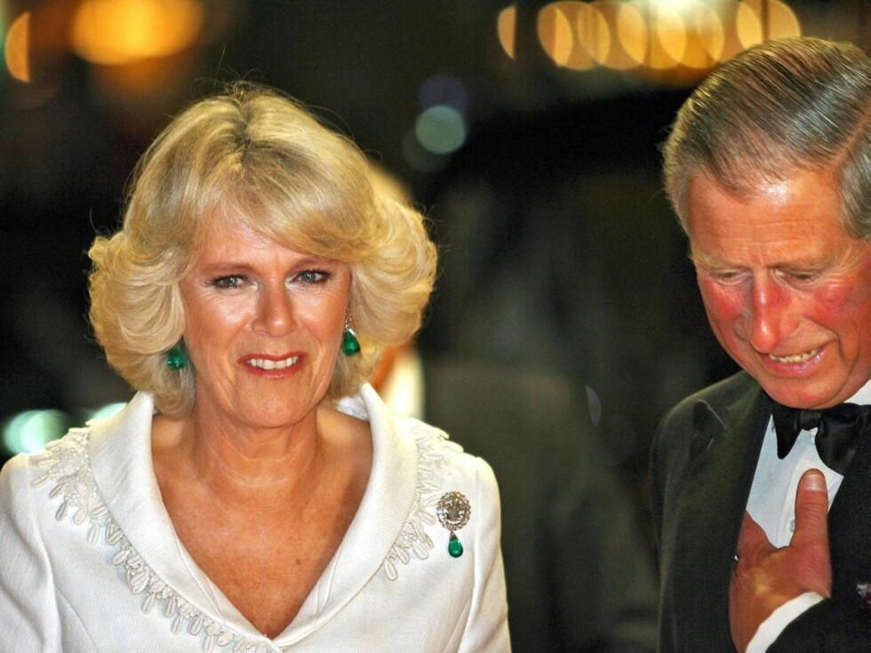 DATE: Camilla og Charles hilste på alle skuespillerne før de satte seg ned og koste seg i kinomørket. Foto: AP/Scanpix