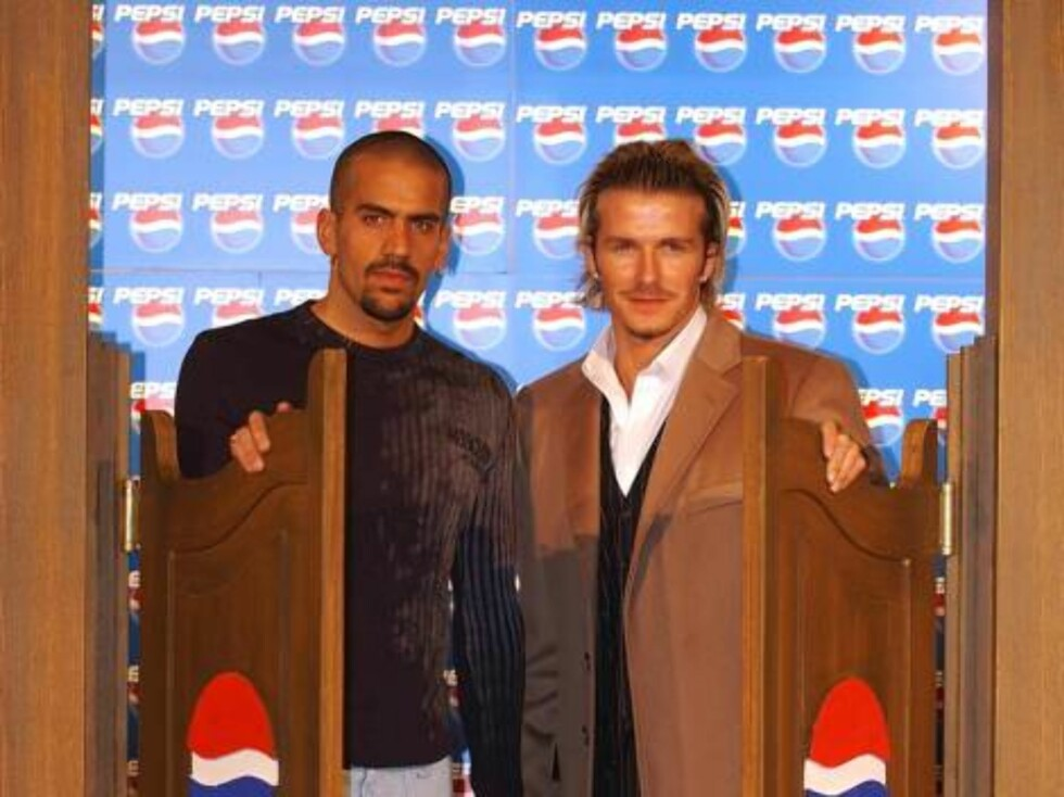 MANCHESTER - JANUARY 30:  David Beckham and Juan Sebastian Veron pose at the Filmworks before the premiere showing of the new Pepsi advertisement on January 30, 2003 in Manchester, England. (Photo by Clive Brunskill/Getty Images) / ALL OVER PRESS Foto: All Over Press
