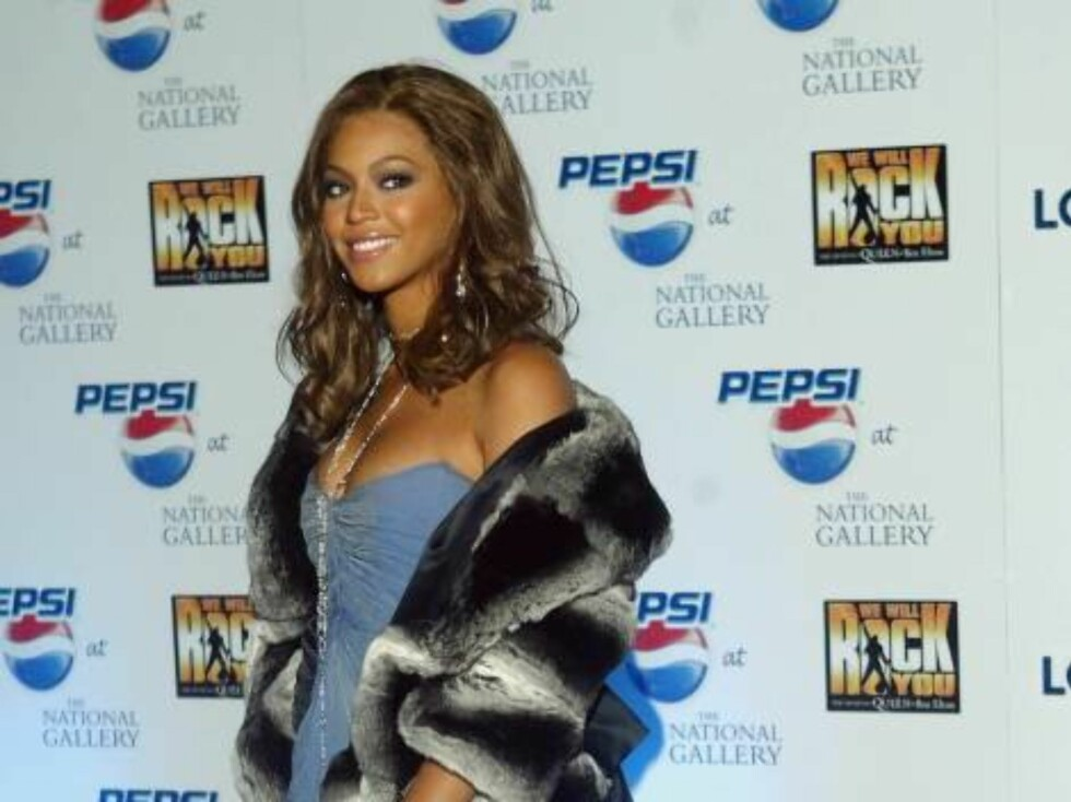 LONDON - JANUARY 26:  Beyonce Knowles arrives at the 'blue carpet' launch of Pepsi's new TV commecial at the National Gallery on January 26, 2004 in London. The Gladiator-style advert stars Enrique Iglesias in the role of evil emperor with Pink, Beyonce a Foto: All Over Press