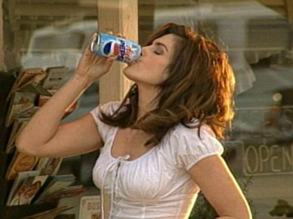 402614 02:  Supermodel Cindy Crawford drinks a Pepsi in this undated company supplied photograph. Crawford will star in a new Diet Pepsi commercial during the 74th Annual Academy Awards airing March 24, 2002 on ABC-TV. The new Diet Pepsi spot updates an a Foto: Getty Images