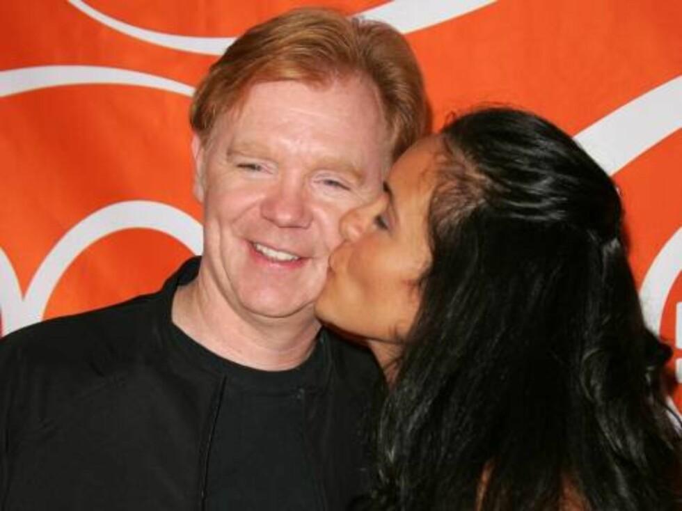David Caruso, sjefen i CSI:Miami, får kyss på kinnet. Foto: Stella Pictures