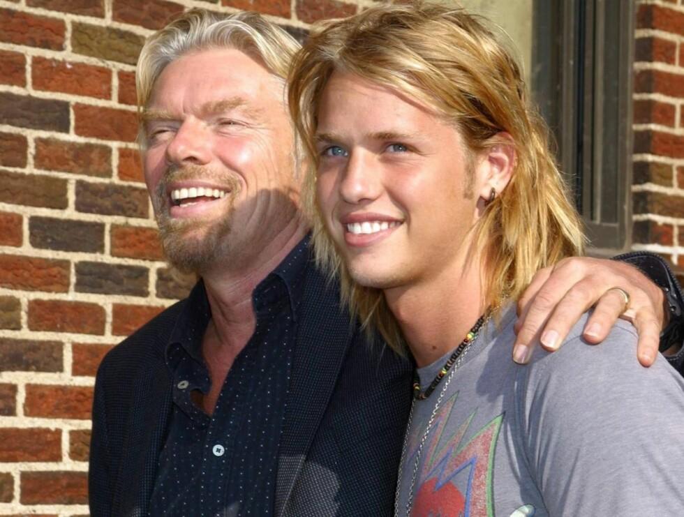 STOLT PAPPA: Vi skjønner godt at den britiske entreprenøren gjerne viser frem sin flotte sønn. Foto: Stella Pictures