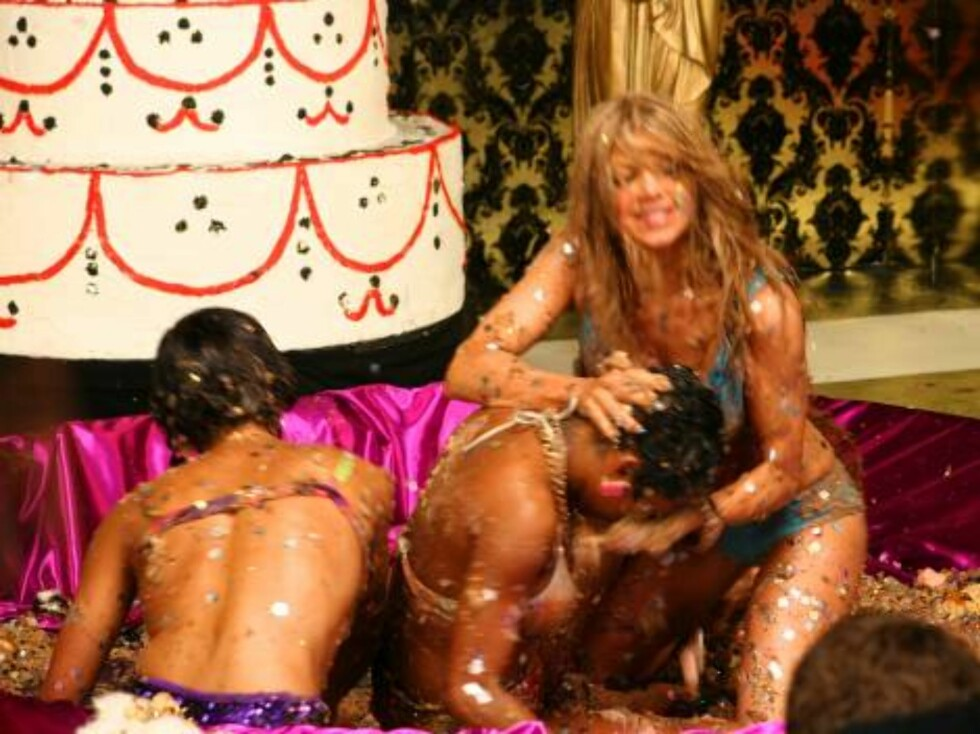 Fergie From  the Black Eyed Peas gets into some seriously sexy mud wrestling while shooting a video for her new album.  Photo: BCOS/Fame Pictures Code: 4002/BCOS  COPYRIGHT STELLA PICTURES Foto: Stella Pictures