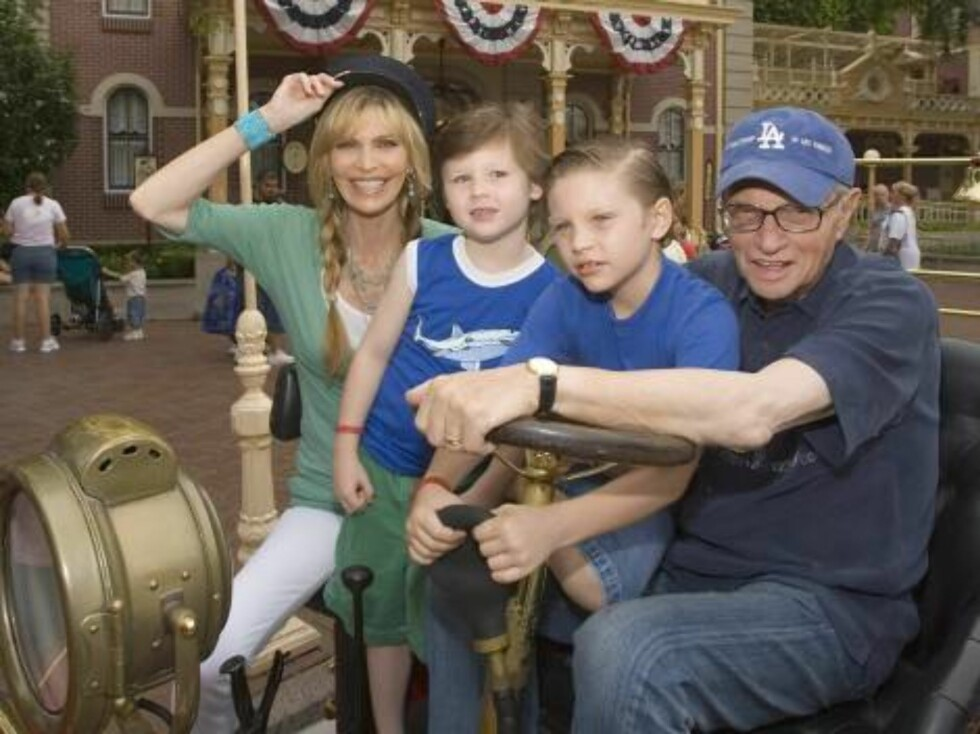 Anaheim, USA 2006-07-30  Larry King, sons Chance (7) and Cannon (6), wife Shawn Southwick  Larry King and Family Spend the Day At Disneyland,Anaheim.  Photo: Paul Hiffmeyer/Disneyland/JPI  Code: 4036  COPYRIGHT STELLA PICTURES Foto: STELLA PICTURES