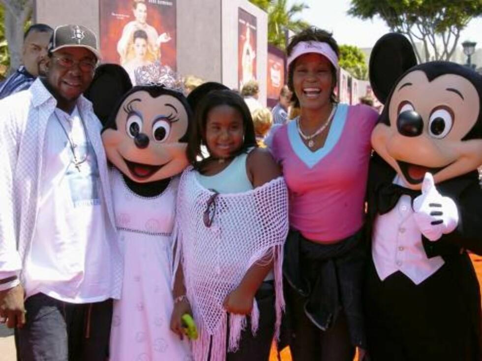 Sangerinnen Whitney Houston, datteren Bobbi Kristina og den tidligere ektemannen Bobby Brown. Foto: Stella Pictures