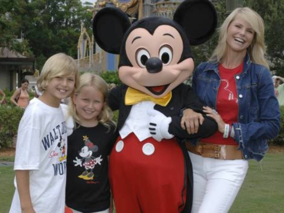 Supermodel Christie Brinkley, right, son Jack Paris, 11, left, and daughter Sailor Lee, 8, were all smiles Friday Aug. 18, 2006 as they meet Mickey Mouse during a visit to Magic Kingdom at Walt Disney World Resort in  Lake Buena Vista, Fla. Brinkley was t Foto: AP/Scanpix