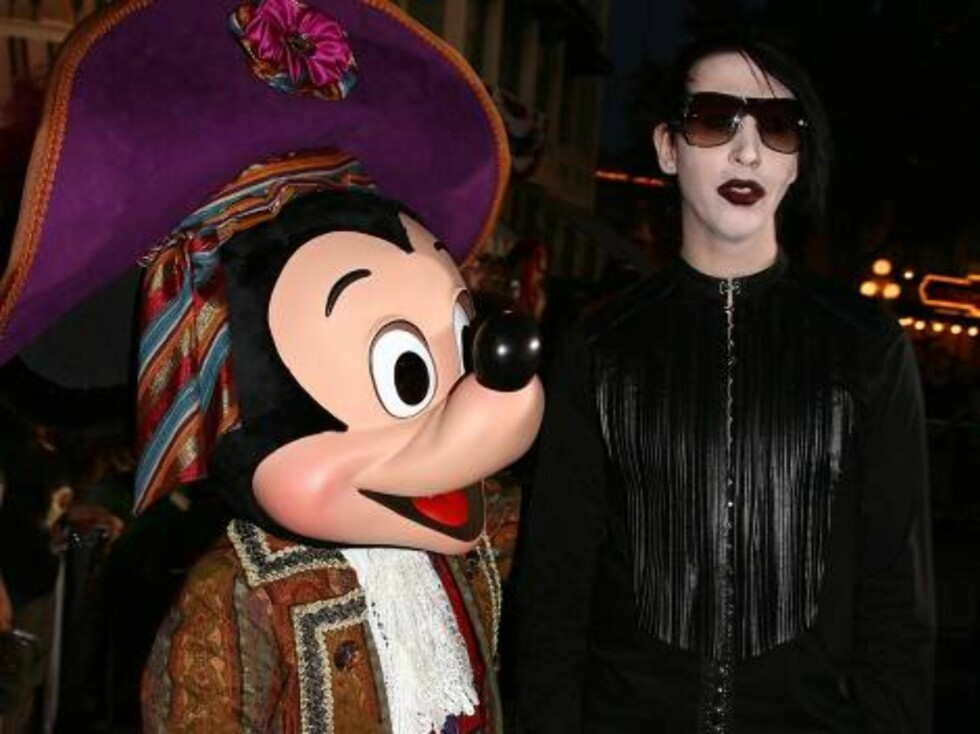 """ANAHEIM, CA - JUNE 24:  Mickey Mouse (L) and Musician Marilyn Manson arrive at the world premiere of """"Pirates of the Caribbean 2: Dead Man's Chest"""" held at Disneyland on June 24, 2006 in Anaheim, California.  (Photo by Kevin Winter/Getty Images) *** Local Foto: All Over Press"""