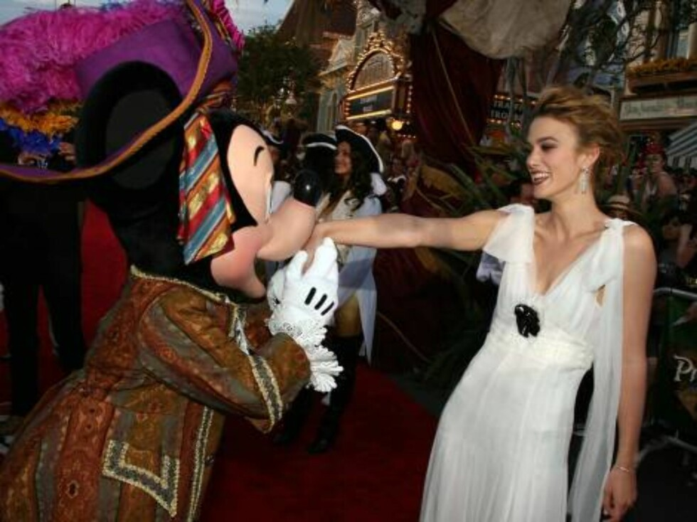 """ANAHEIM, CA - JUNE 24:  Actress Keira Knightley poses with Mickey Mouse at the world premiere of """"Pirates of the Caribbean 2: Dead Man's Chest"""" held at Disneyland on June 24, 2006 in Anaheim, California.  (Photo by Kevin Winter/Getty Images) *** Local Cap Foto: All Over Press"""