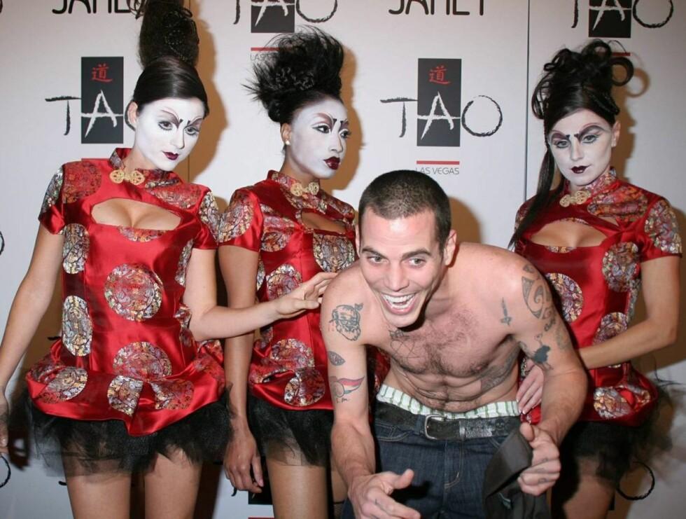 """LATTER: """"Jackass""""-stjernen Steve O koste seg med de oppmøtte geishaene. Foto: Stella Pictures"""