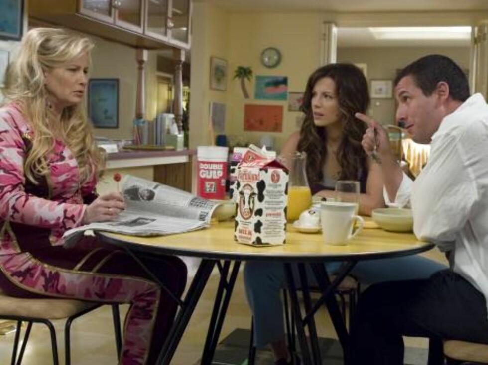 Michael og Donna på besøk hos Janine. Foto: Filmweb