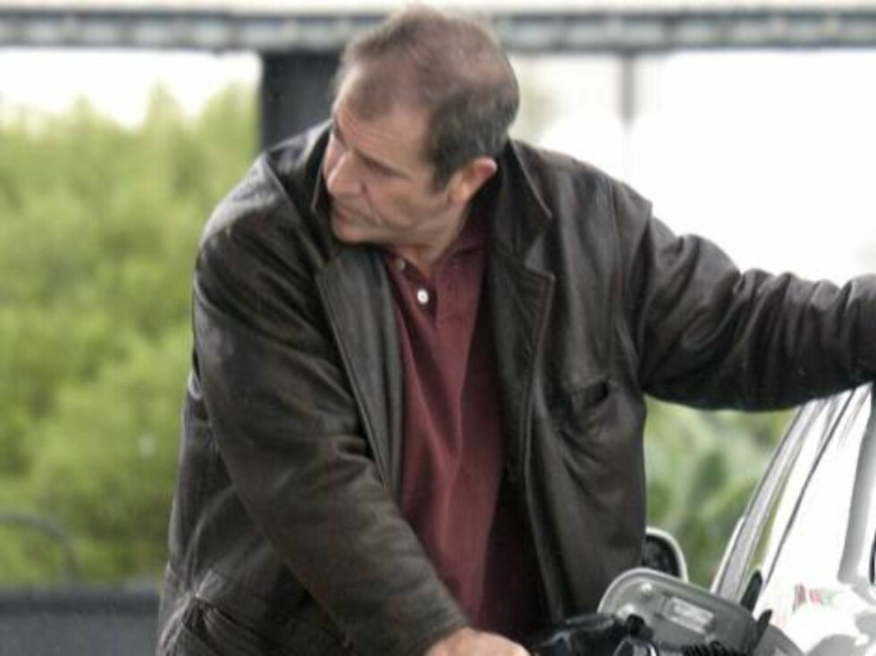 Code: X17XX8 - Joseph, Malibu, USA, 07.01.2005: Mel Gibson suffers in the rain as the Passion man turns bald.  All Over Press / X17 Picture Agency / Joseph     EXCLUSIVE / ALL OVER PRESS Foto: All Over Press