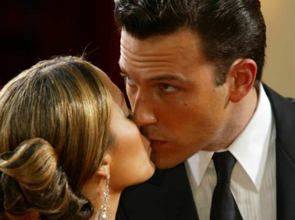 HOLLYWOOD - MARCH 23:  (FILE PHOTO) Actor Ben Affleck kisses fiancee, actress Jennifer Lopez at the 75th Annual Academy Awards at the Kodak Theater on March 23, 2003 in Hollywood, California. Lopez and Affleck postponed their wedding, which was scheduled Foto: All Over Press