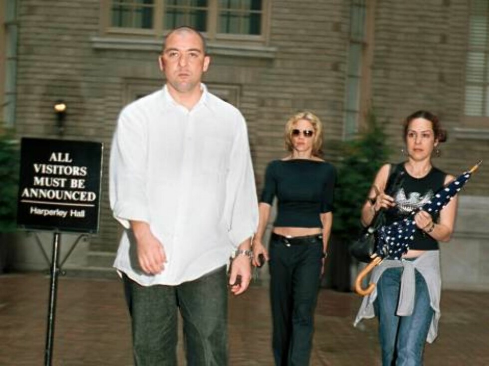 392866 02:  Madonna, center, flanked by a bodyguard, left, and a personal assistant, leaves her New York City apartment August 4, 2001, one day after cancelling her sold out concert at New Jersey's Meadowlands. The singer, who is ill with laryngitis, has Foto: All Over Press