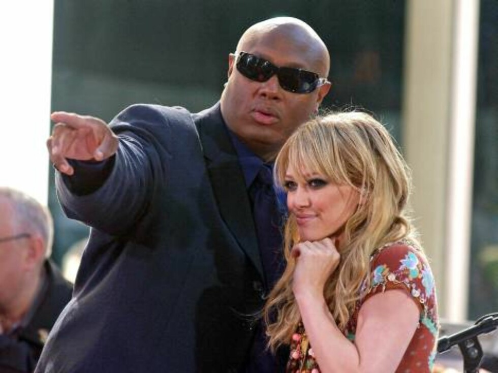 NEW YORK 2005-06-17.  My bodyguard is bigger than yours! The bodyguards to the stars are growing ever larger...  Hilary Duff, pictured here with her manager / bodyguard, performs live on the Plaza at Rockefeller Center as part of NBC's Today Show Toyota C Foto: Stella Pictures