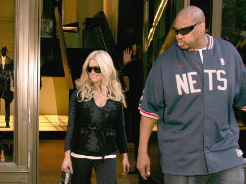 NEW YORK 2005-09-27.  My bodyguard is bigger than yours! The bodyguards to the stars are growing ever larger...  U.S. Singer Jessica Simpson leaves the Ritz Hotel on her way for lunch at Dos Caminos restaurant, she then went shopping at the Yves Saint Lau Foto: Stella Pictures