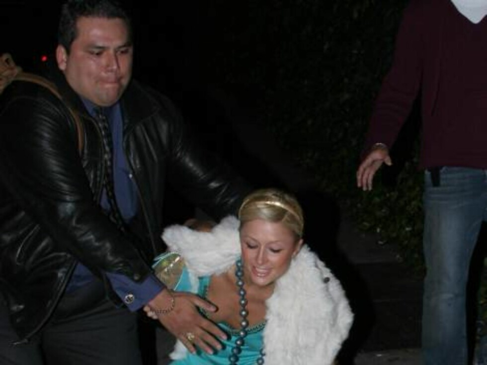Party animal Paris Hilton collapses after crazy night at club in Hollywood. The star was helped by her bodyguard and was fine. She went home shortly after torest. January 9, 2006 X17agency EXCLUSIVE / ALL OVER PRESS Foto: All Over Press