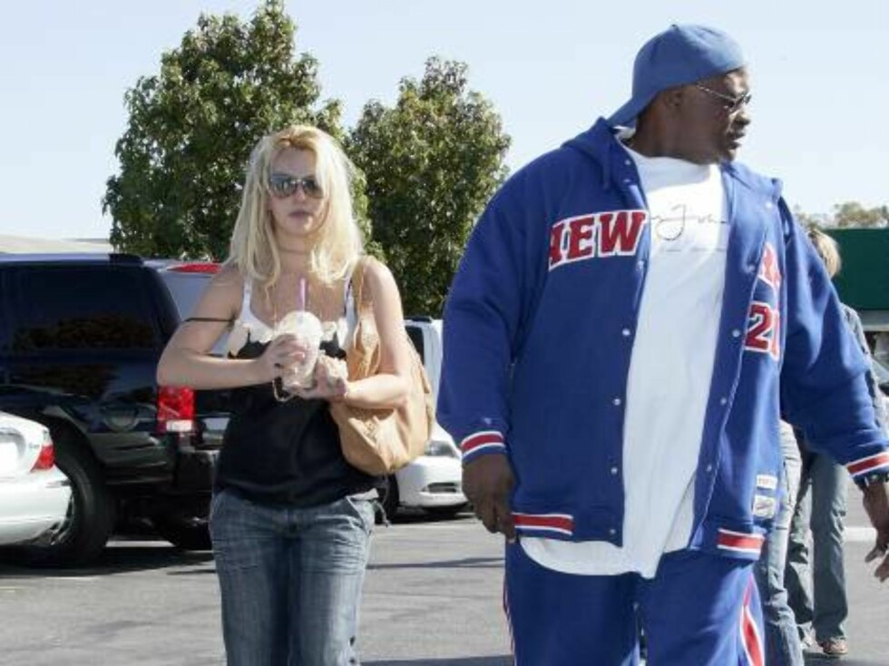 MALIBU 2005-10-15.  My bodyguard is bigger than yours! The bodyguards to the stars are growing ever larger...  US singer Britney Spears shopping with friends at the Planet Blue, in Malibu, CA, USA, on October 15, 2005.   Photo by ViPix/ABACAPRESS Code: 40 Foto: Stella Pictures