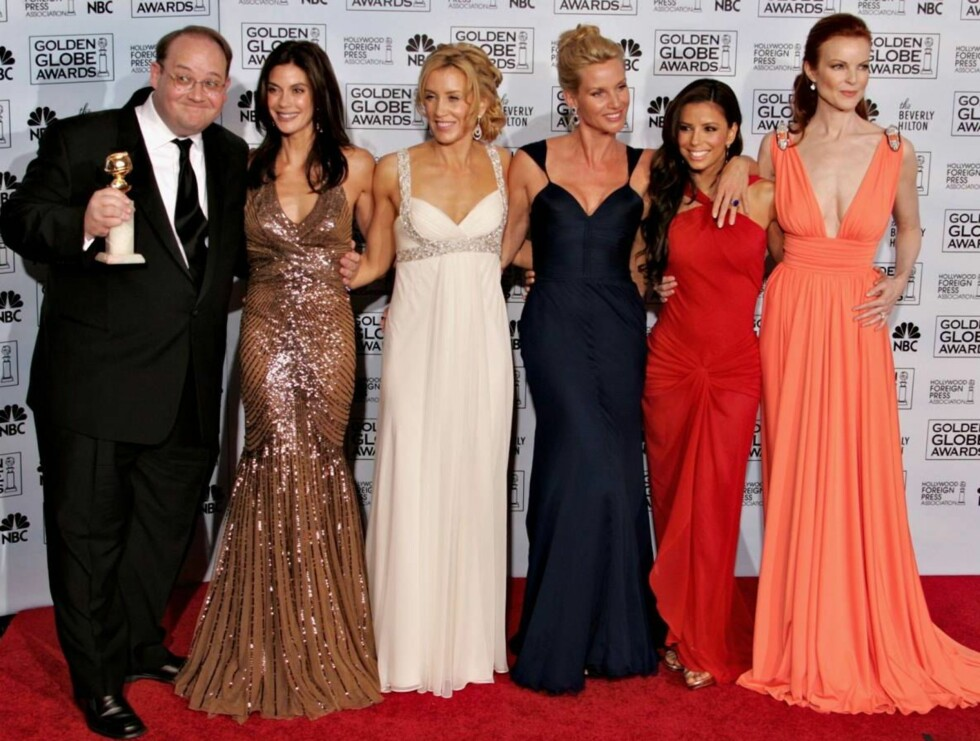 """BEVERLY HILLS, CA - JANUARY 16:  Director Marc Cherry, actresses Teri Hatcher, Felicity Huffman, Nicollette Sheridan, Eva Longoria and Marcia Cross pose backstage with the award for Best Musical or Comedy Series for """"Desperate Housewives"""" during 63rd Annu Foto: All Over Press"""