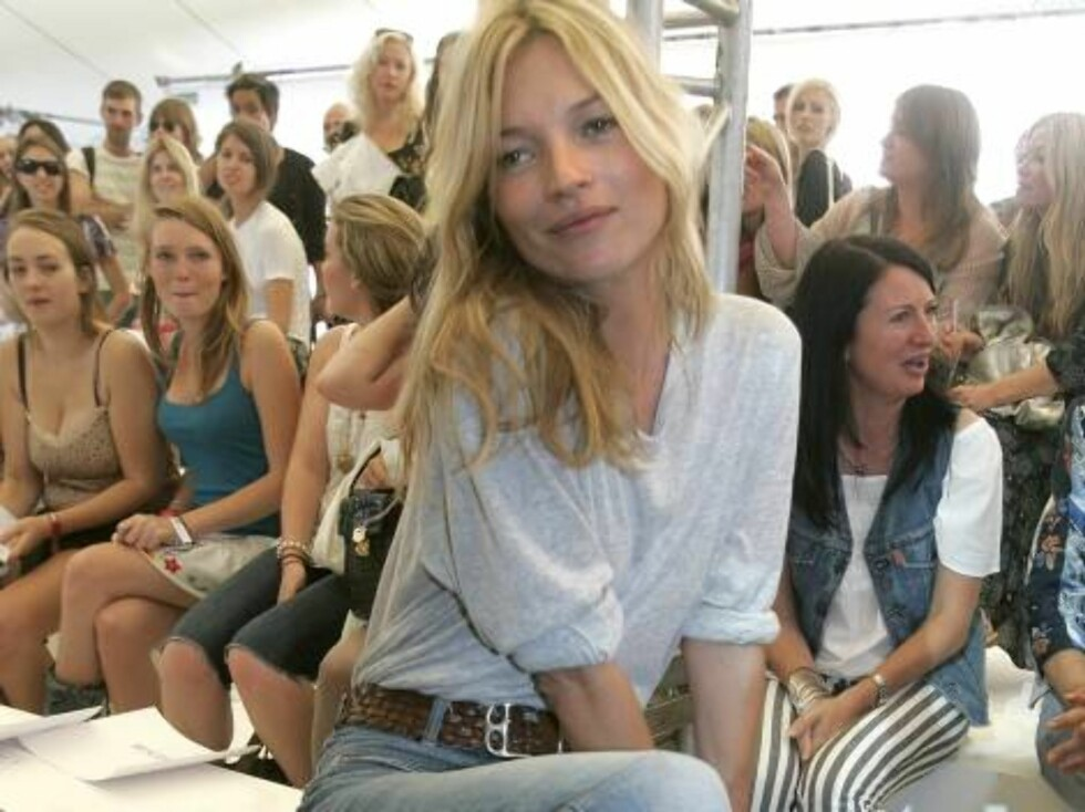 British model Kate Moss watches the Spring-Summer 2007 Unique collection fashion show by Top Shop during London Fashion Week, London, Sunday Sept. 17, 2006. (AP Photo/Kirsty Wigglesworth) Foto: AP/Scanpix