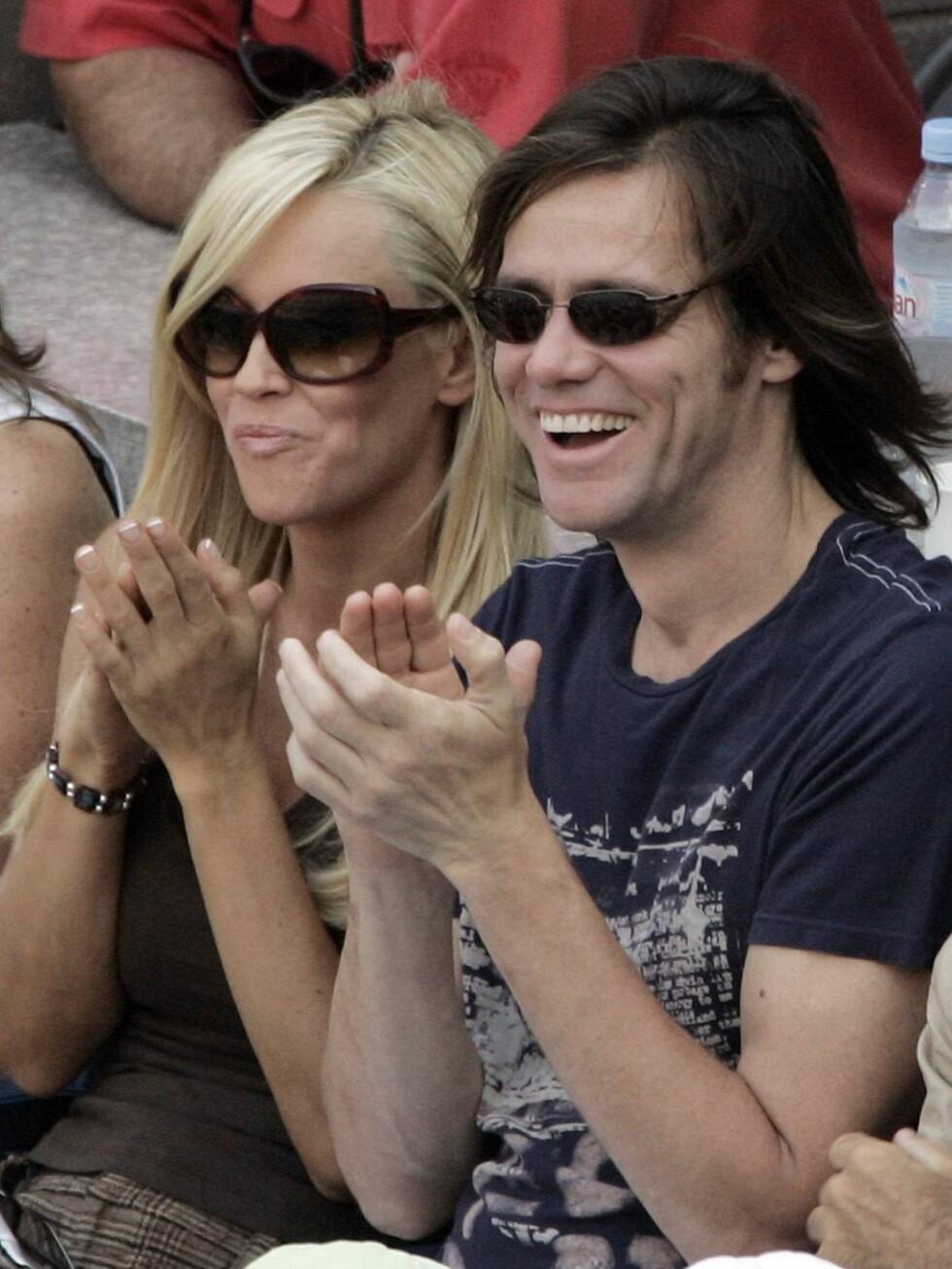 SAMMEN: Jenny McCarthy syns at sexlivet mellom henne og komikeren Jim Carrey er fantatisk. Men hun beholder klærne på! Foto: All Over Press