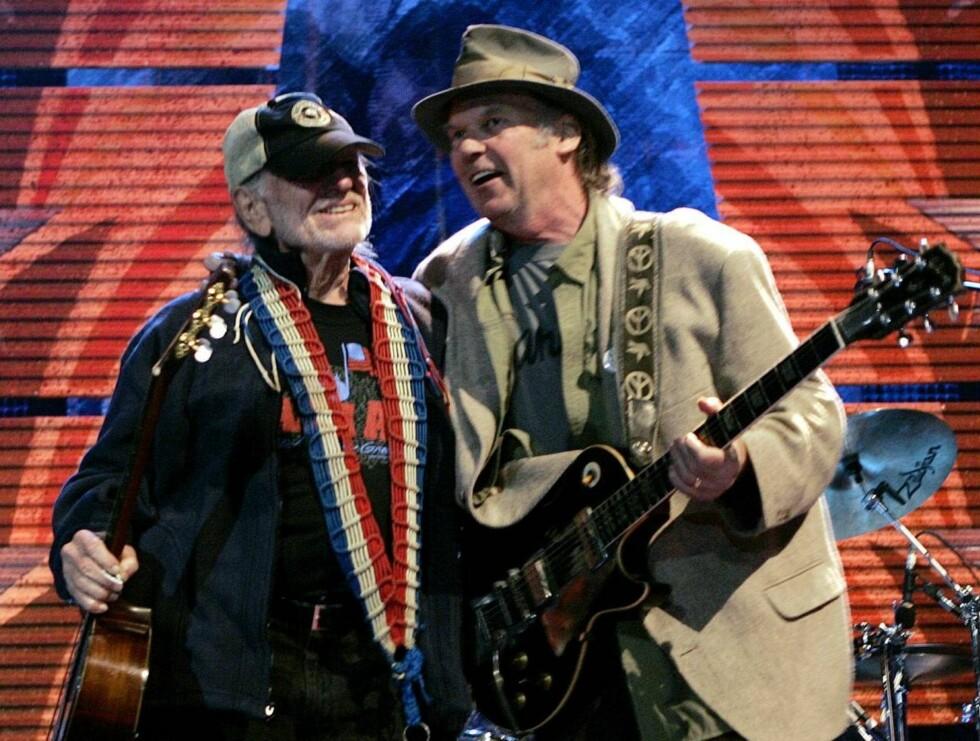 VENNER: Willie Nelson og Neil Young sang en duett til ære for bøndene. Foto: AP/Scanpix