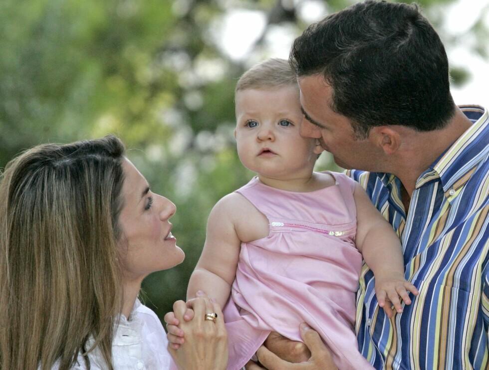 FAMILIELYKKE: Felipe og Letizia med datteren Leonor på Mallorca i sommer. I begynnelsen av mai neste år venter de familieforøkelse. Foto: All Over/UK Press