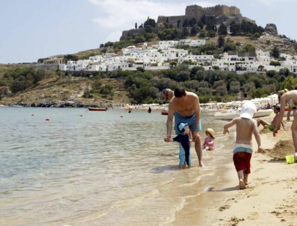 FAMILIEVENNLIG: Stranden i Lindos på Rhodos er familievennlig, men her blir det veldig varmt i høysesongen. Hopp i havet så ofte du kan!
