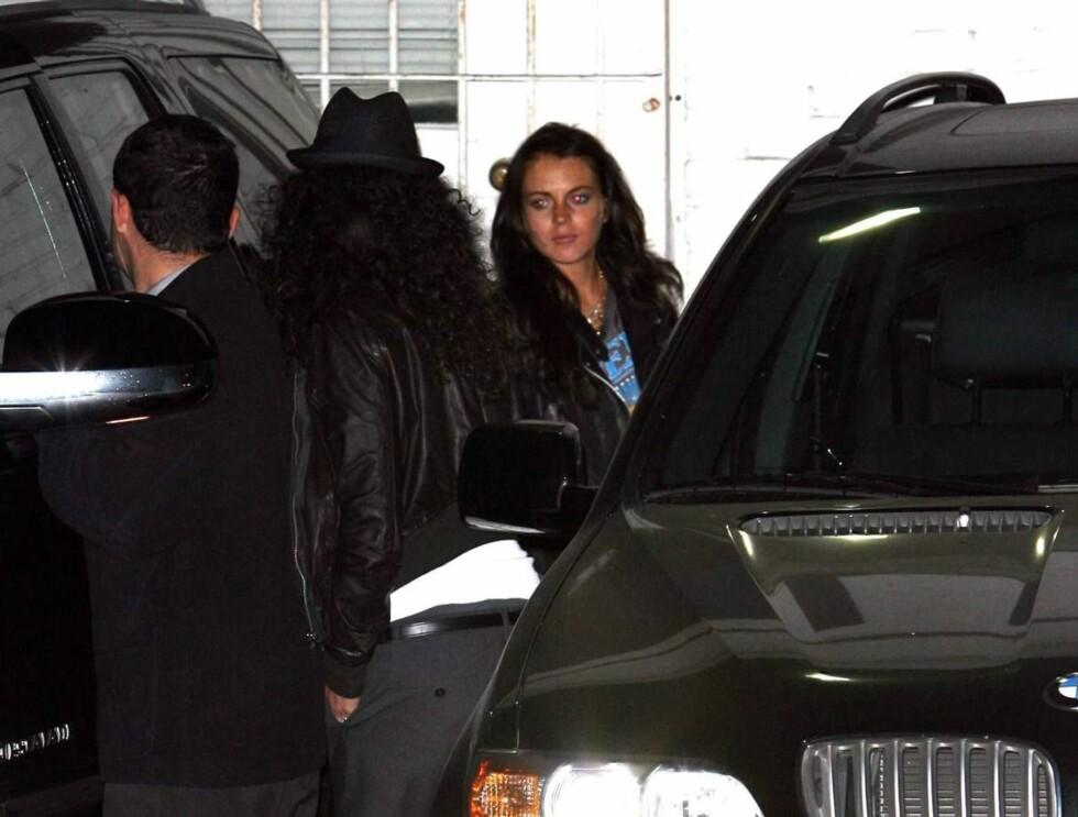 REISER: Lindsay Lohan reiste trist og alene hjem til hotellet etter festen. Foto: All Over Press