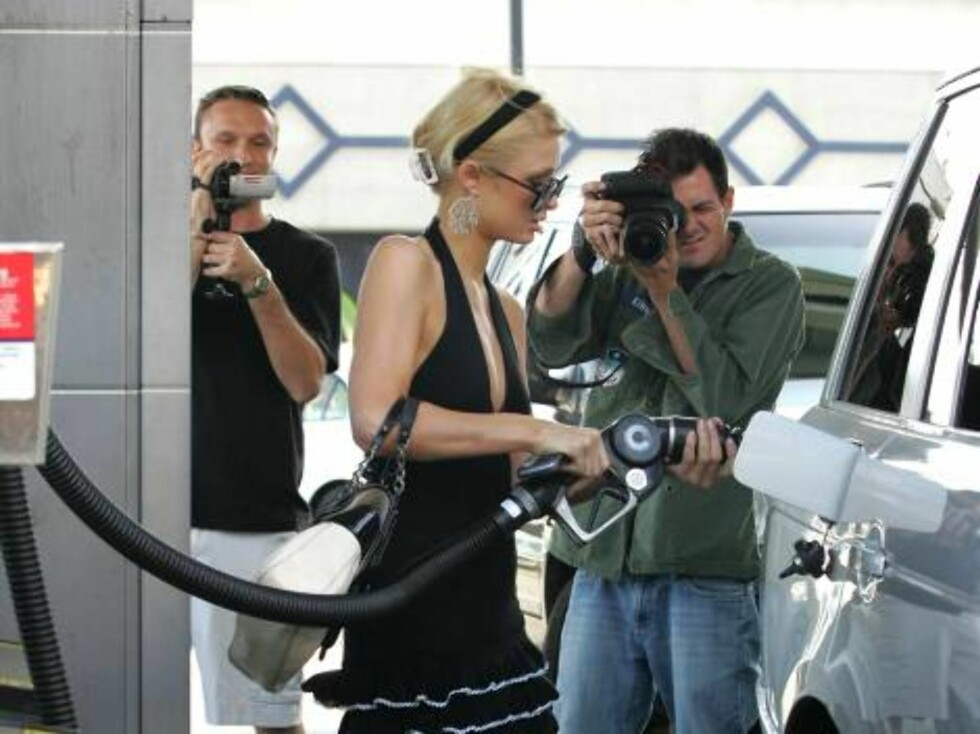 West Hollywood 2006-09-15   Neither a DUI or an empty gas tank can keep Paris Hilton from driving to yet another party. So, clad in a cocktail dress, she pumps fuel into her Range Rover at a West Hollywood gas station. As usual she drew an audience and ev Foto: Stella Pictures