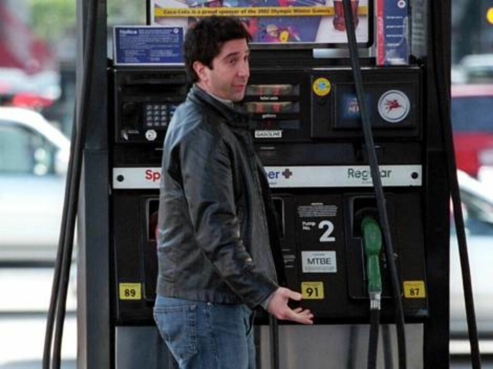 LOSA NGELES 020220 - David Schwimmer filling up his classic Ford Mustang at a Beverly Hills gas station   PHOTO. Fame Pictures Code: 4002  COPYRIGHT STELLA PICTURES Foto: Stella Pictures